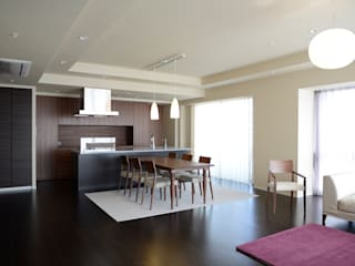 Salas de jantar modernas por 暮らすひと暮らすところ Moderno