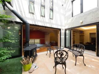 中庭から見るリビングと和室: イデア建築デザイン事務所が手掛けたテラス・ベランダです。