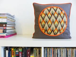 Coussin zig-zag taupe et orange:  de style  par Josie la Baronne