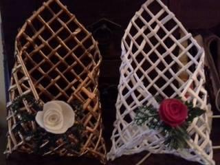 Porta posta realizzati con carta, decorati con fiori realizzati a mano in stoffa: Casa in stile  di Sublacense Home Staging