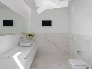 Casa Touguinhó II: Casas de banho  por Raulino Silva Arquitecto Unip. Lda