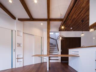 Oyako House: Studio REI 一級建築士事務所が手掛けたリビングです。,