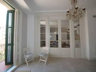 Restauración Barrio Gótico de Barcelona Pasillos, vestíbulos y escaleras de estilo clásico de FUSTERS CÓRDOBA Clásico