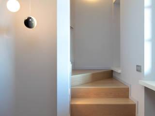 VILLA A GUARENE Ingresso, Corridoio & Scale in stile moderno di architetto roberta castelli Moderno