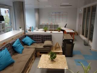 Aménagement et déco partiels d'un espace de travail collaboratif (coworking):  de style  par Home In Concept