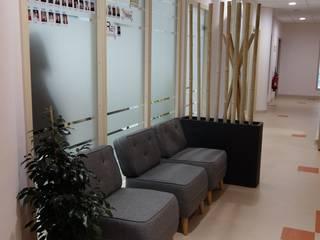 Espace attente du hall d'accueil 30m2:  de style  par Home In Concept