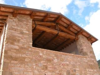 Particolare della facciata Sud: Terrazza in stile  di studio ARTE | ARCHITETTURA