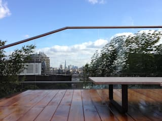 A roof top garden with a view of Central London:  Garden by Decorum . London