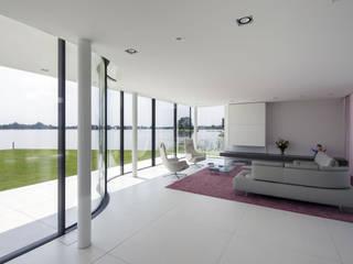Woonkamer: moderne Woonkamer door Lab32 architecten