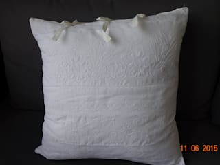 Białe i ecru poduszki haftowane: styl , w kategorii  zaprojektowany przez Styl i Wnętrze