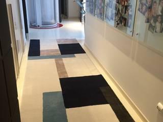 Pasillos, vestíbulos y escaleras modernos de Laura Picoli Moderno