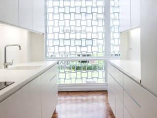 Modern kitchen by atelier Rua - Arquitectos Modern