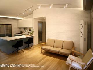 Livings de estilo  por 커먼그라운드