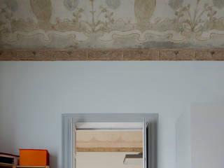 la stanza dei bambini e gli affreschi liberty sul soffitto: Stanza dei bambini in stile in stile Classico di Studio Associato 3813