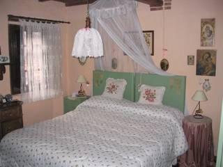 Restauro Casa Medicea in alta Versilia: Camera da letto in stile In stile Country di Dreambuilder