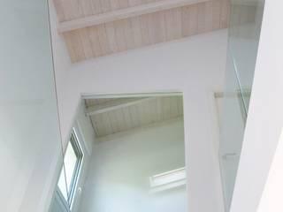 Casa bifamiliar Pasillos, vestíbulos y escaleras de estilo moderno de Ibon Guillén Arkitektura Moderno