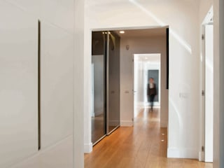 Modern Corridor, Hallway and Staircase by SERENA ROMANO' ARCHITETTO Modern