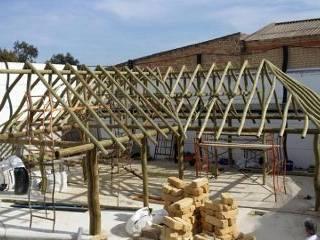 Casa de junco africano en construccion: Casas de estilo  de GRUPO ROMERAL