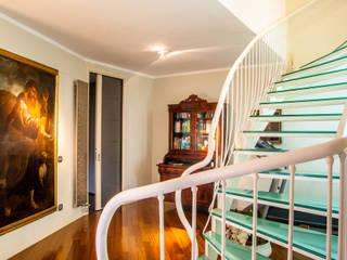 Attico 2 livelli: Ingresso & Corridoio in stile  di architetto Claudio D'onofrio