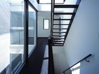 Corredores, halls e escadas modernos por 有限会社アルキプラス建築事務所 Moderno