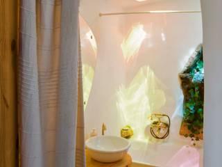 CASA EM FORMA DE ABRAÇO : Casas de banho  por pedro quintela studio,Rústico