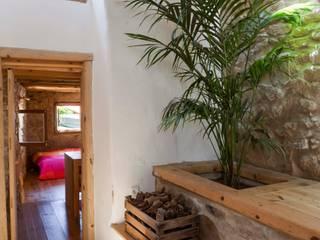 CASA EM FORMA DE ABRAÇO Corredores, halls e escadas rústicos por pedro quintela studio Rústico Pedra