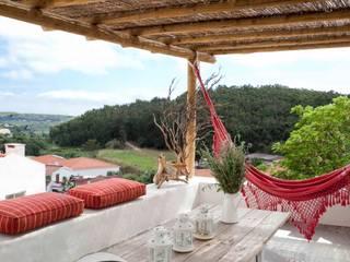 CASA EM FORMA DE ABRAÇO Varandas, marquises e terraços rústicos por pedro quintela studio Rústico
