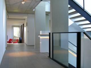 Maison H à Bruxelles ARTERRA Couloir, entrée, escaliers minimalistes Béton Gris