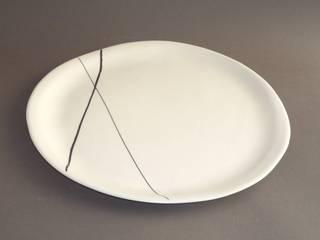 Assiette en porcelaine, décor en porcelaine teintée dans la masse:  de style  par L'instant céramique