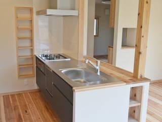 自然素材の戸建てリノベーション 故郷の天竜杉を使用して安心できる子育てを 北欧デザインの キッチン の むくむくはうす 北欧