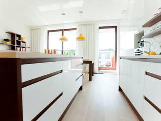 Mieszkanie dla młodej kobiety Nowoczesna kuchnia od ZAWICKA-ID Projektowanie wnętrz Nowoczesny