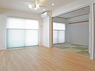 琉球畳のあるホワイトウッドテイスト: ロクサ株式会社が手掛けたです。,