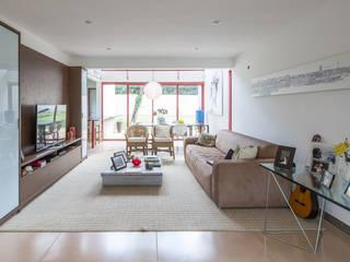 Casa SMPW - Lab606: Salas de estar  por Joana França,Industrial