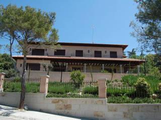 Rustic style house by ACRO ARQUITECTOS E INGENIEROS S.L.P. - EASYCTE Rustic