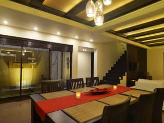 Weekend Villa Interior:  Dining room by RUST the design studio