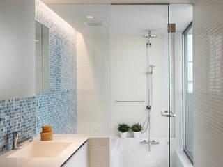 関町北の家: アトリエ スピノザが手掛けた浴室です。,