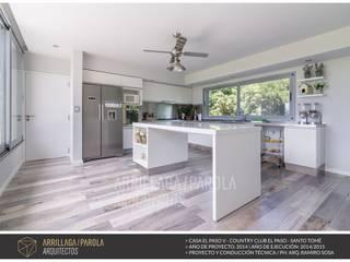 Casa El Paso V Cocinas modernas: Ideas, imágenes y decoración de ARRILLAGA&PAROLA Moderno