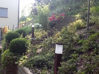 giardino privato, recupero sponda e terrazzo Giardino moderno di I Giardini di Anna Moderno