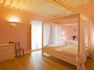 CAMERA DA LETTO ROMANTICA: Camera da letto in stile  di falegnameria Cortinovis Lorenzo dei f.lli Cortinovis Ivano e Maria s.n.c.