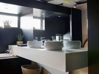 Boîtes à médocs !: Salle de bains de style  par VORTEX atelier d'architecture