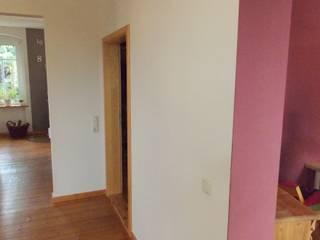 Spiegel, Regal sowie Schiebetür aus Altholz mit einem Torbeschlag:   von Tischlerei RMD Rustikales Möbeldesign