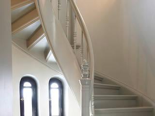 Ingresso, Corridoio & Scale in stile classico di Trąbczyński Classico