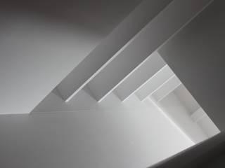 Modern Corridor, Hallway and Staircase by Interior Zen. Obras e Proxectos Modern