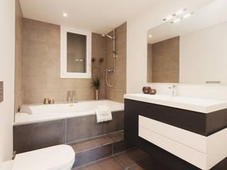 Baño con jacuzzi   Ensuite bathroom: Baños de estilo  de Markham Stagers