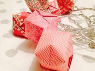 Guirlande en origami rouge, blanche et or ! So cute:  de style  par Suite Créative