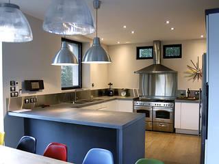 Exemples de rénovation d'habitation.: Cuisine de style  par Madeleine AVANTIN