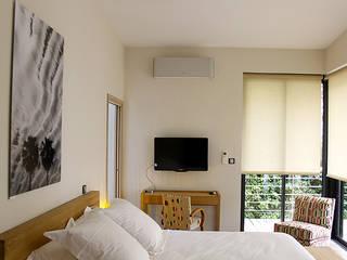 Exemples de rénovation d'habitation.: Chambre de style  par Madeleine AVANTIN