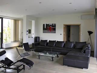 Exemples de rénovation d'habitation.: Salon de style  par Madeleine AVANTIN