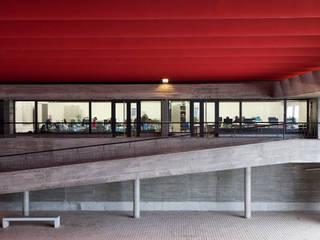 Escola Secundaria Luis de Freitas Branco: Escuelas de estilo  de Eduardo Irago Fotografia