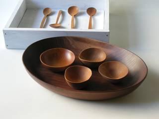 木の器とスプーン: 桜木工舎が手掛けた現代のです。,モダン